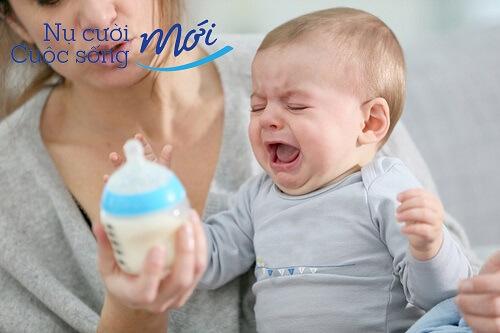 trẻ không chịu uống sữa