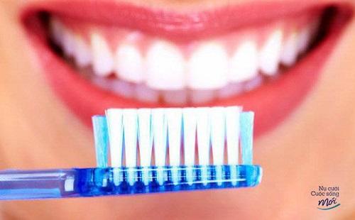 Chải răng sau khi làm trắng